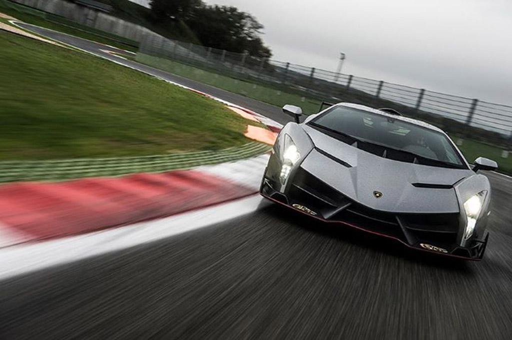 Este Lamborghini Veneno E Um Regalo No Piso Molhado Video Carzoom